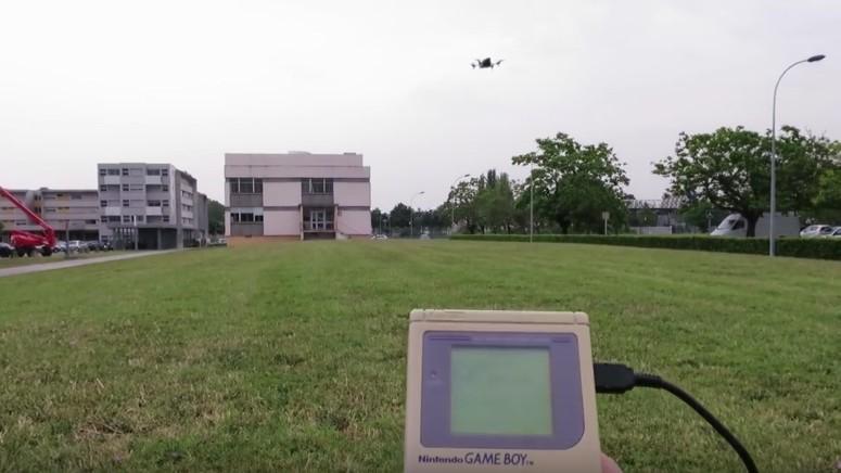 Um cara hackeou o Game Boy Classic para pilotar um drone -