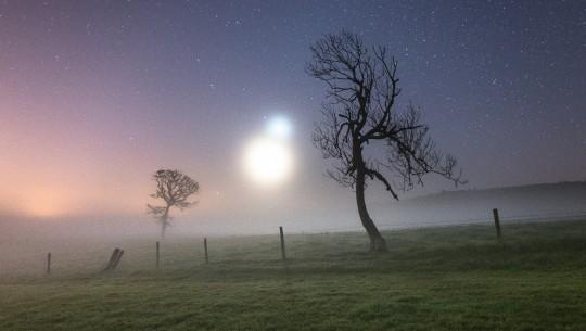 Vencedor da categoria Céu: Binary Haze, Ainsley Bennett – Uma manhã nebulosa na Ilha de Wight, na Inglaterra. O clima acentuou o brilho de Vênus e da Lua crescente.