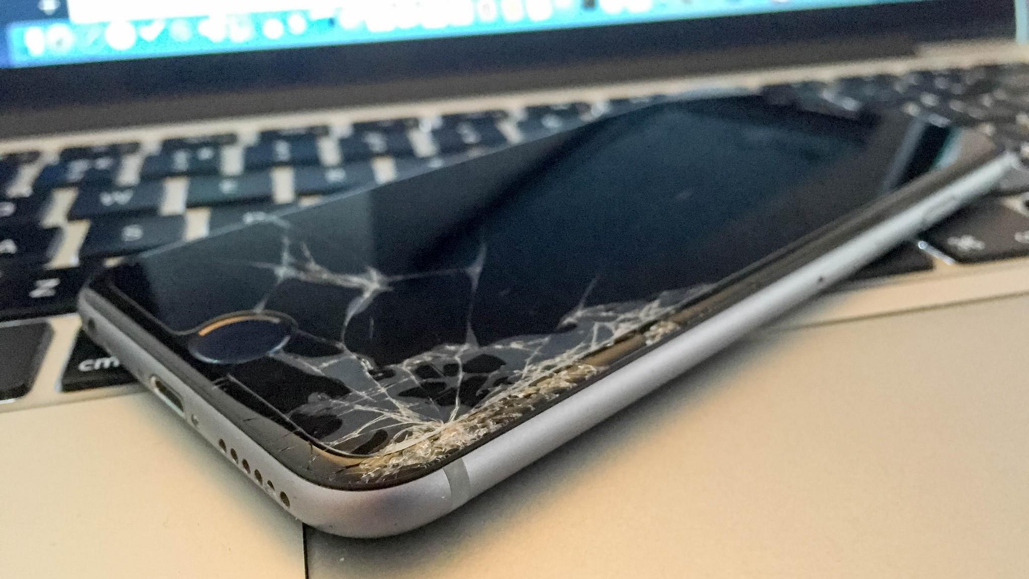 Cara furioso quebra vários iPhones e briga com seguranças em Apple Store francesa -