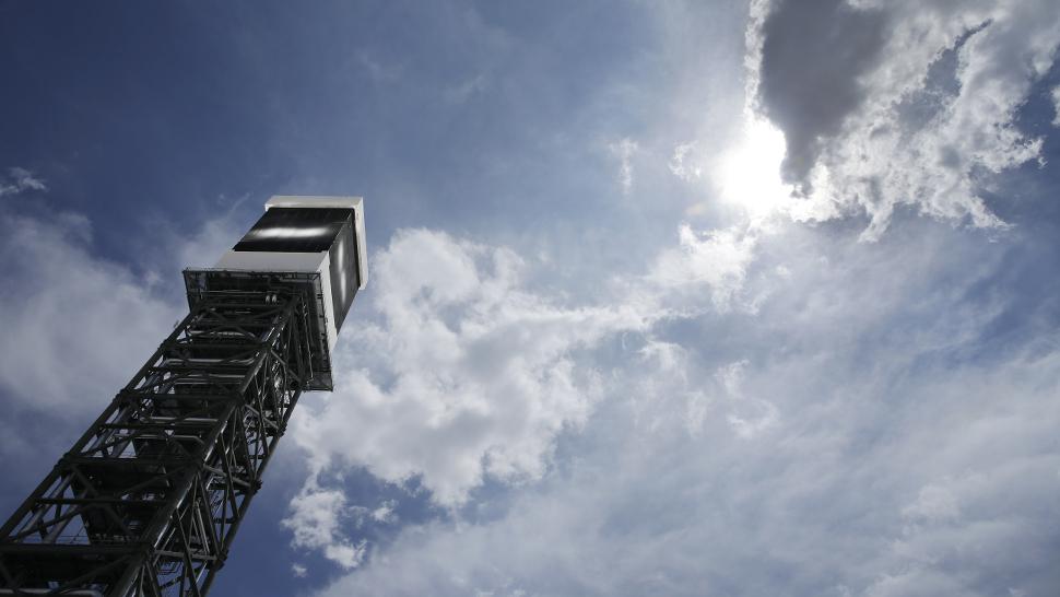 Usina de energia solar não consegue parar de matar pássaros
