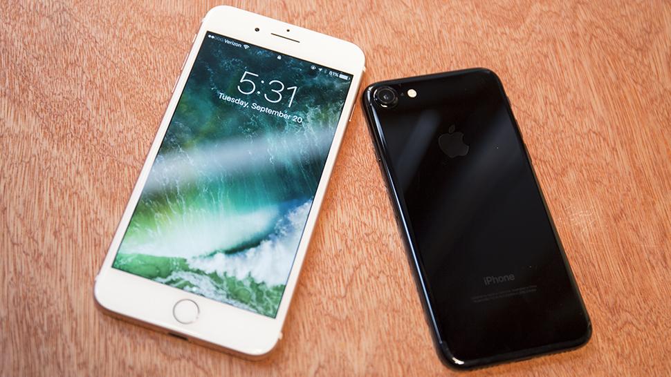 Ano novo, iPhone novo. É sempre assim. Para 2016, a Apple removeu a entrada de fones de ouvido do seu flagship, adicionou uma segunda câmera (no Plus) e deu uma turbinada na potência dos aparelhos.