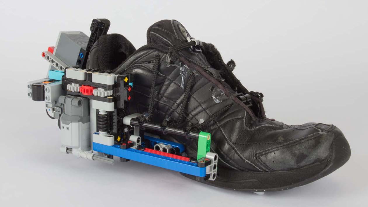 24cc7407f3b Faça o seu próprio par de tênis que se amarra sozinho utilizando peças de  Lego