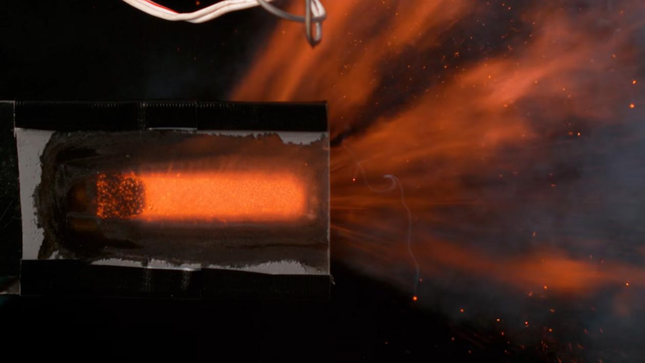 Alguém cortou o motor de um modelo de foguete para você ver o que acontece lá dentro