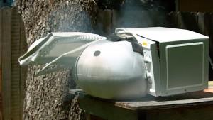 Cozinhar um airbag transforma a porta de um micro-ondas em um míssil