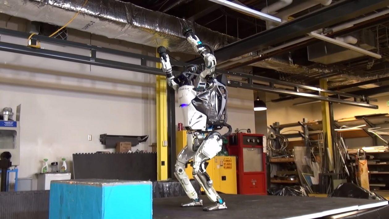 O robô ATLAS, da Boston Dynamics, agora é um supersoldado ciborgue acrobático