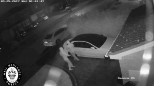 Veja estes ladrões hackearem uma Mercedes que liga sem chave em menos de um minuto