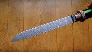 Este cara transformou baterias antigas em uma faca incrível