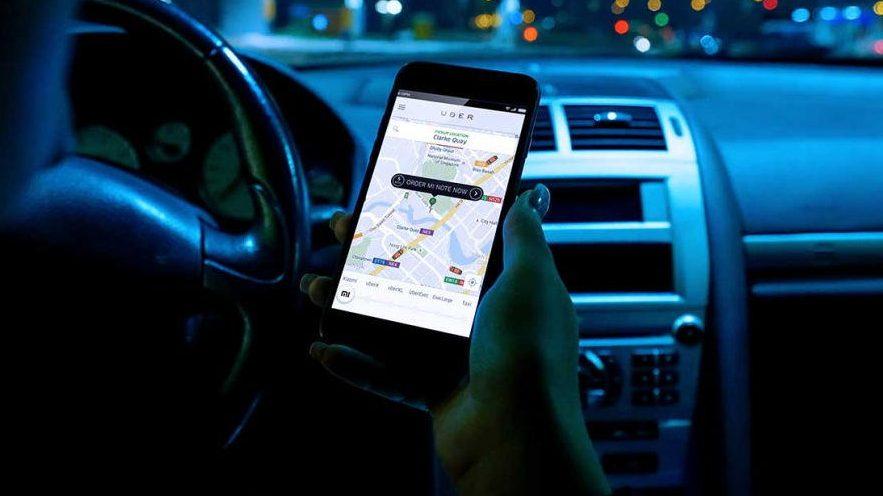 App da Uber em um smartphone dentro de um carro
