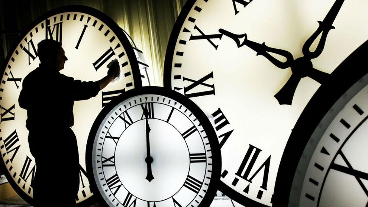 Este relógio coloca um planetário no seu pulso