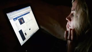 mulher-vendo-facebook-getty