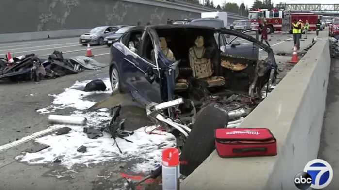 Tesla Model X destruído em acidente na Califórnia