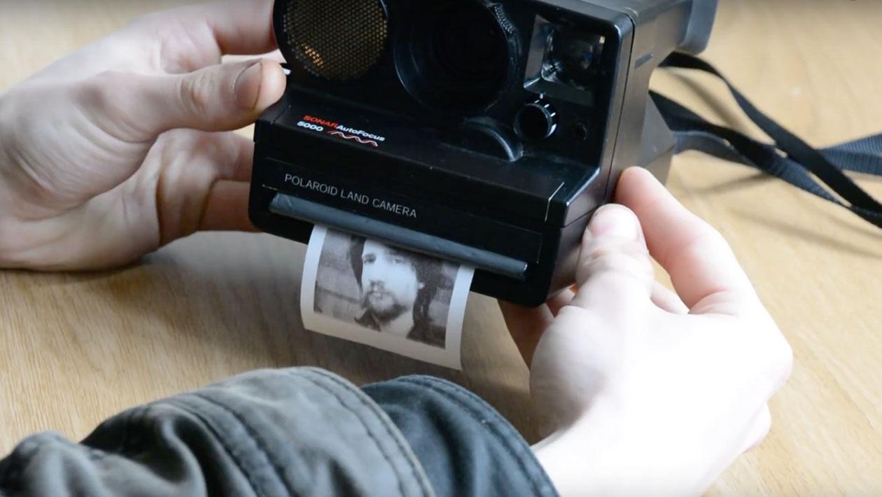 bf99a67f7 Este cara modificou uma Polaroid para imprimir suas fotos em papel barato