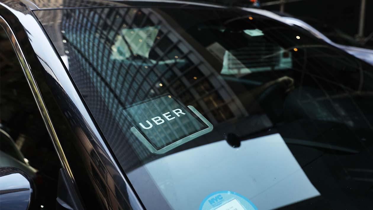 Para-brisa de carro com adesivo do Uber.