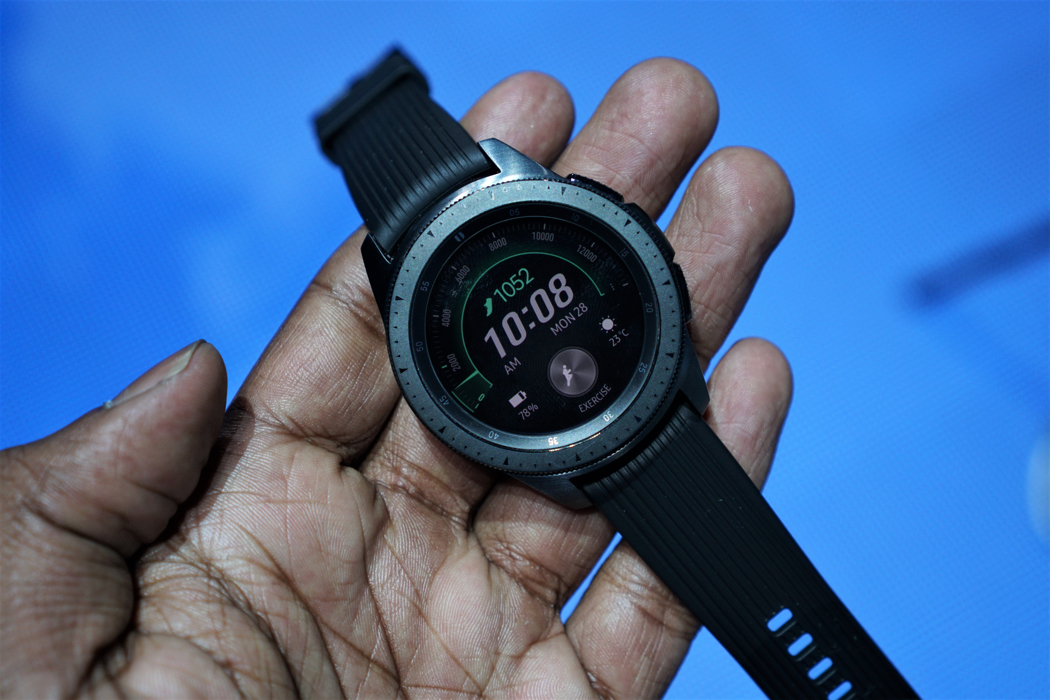92b07540ed2b3 Galaxy Watch chega ao Brasil em setembro custando a partir de R  2.199