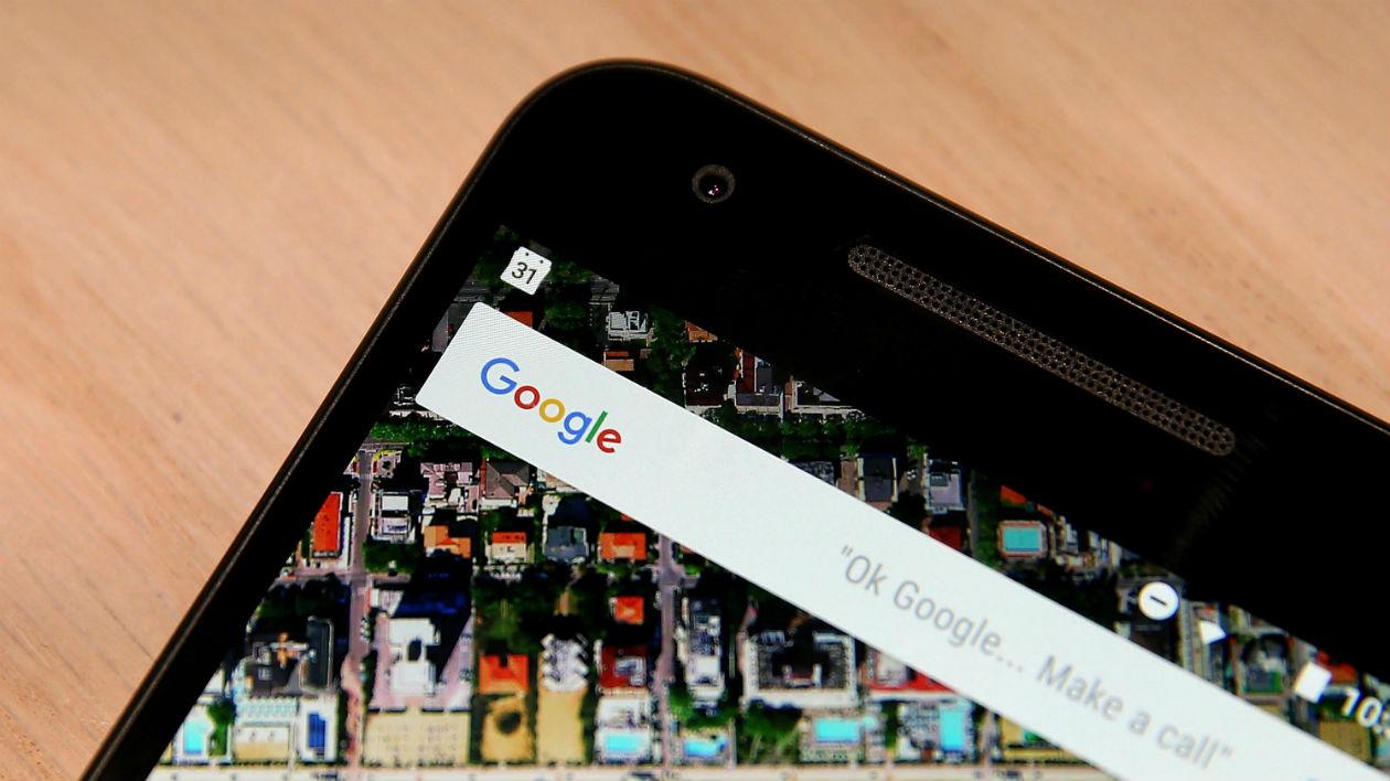 Smartphone com detalhe para o buscador do Google