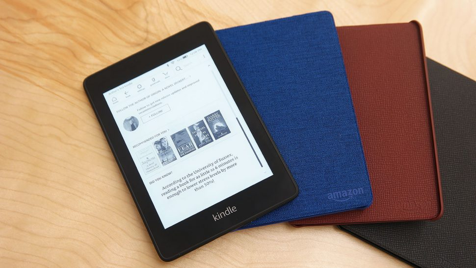 Kindle Paperwhite ao lado de capas coloridas