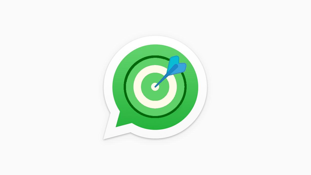 Montagem com um alvo e um dardo no centro do logo do WhatsApp