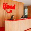 Escritório com logotipo do iFood