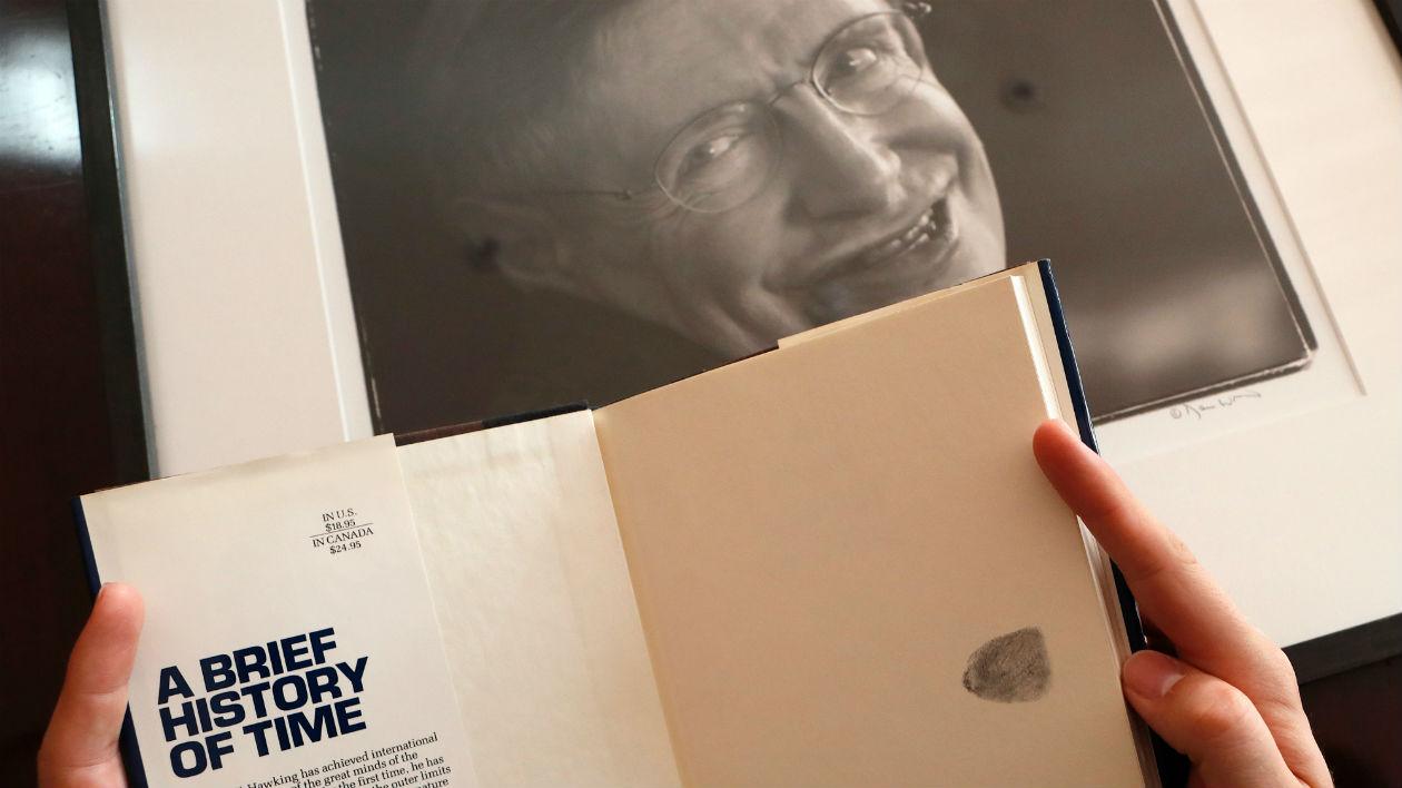 Tem Na Web - Cadeira de rodas e tese de doutorado de Stephen Hawking são vendidas em leilão multimilionário