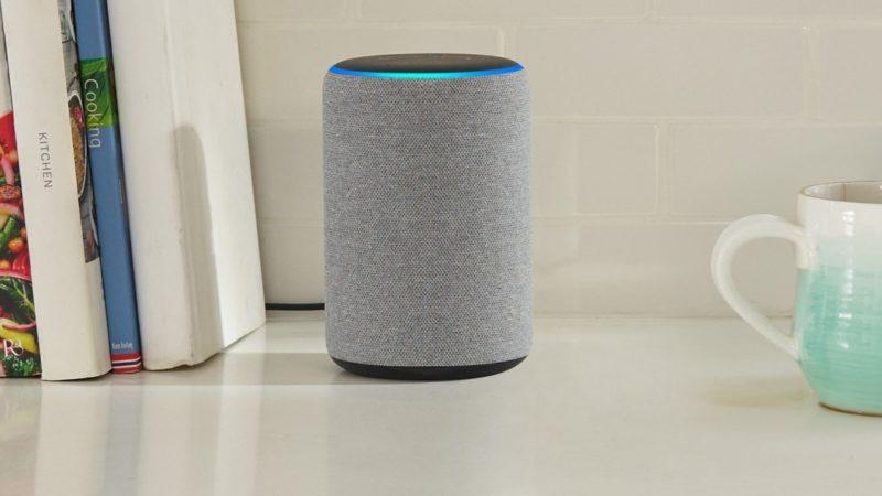 Amazon Echo ligada, em uma mesa