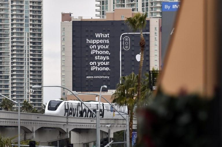 """Durante CES 2019, Apple colocou um outdoor em Las Vegas que dizia""""O que acontece em seu iPhone, fica no seu iPhone"""". Crédito: David Becker/Getty Images/AFP"""