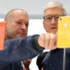 Jony Ive (esq), responsável pelo design de produtos Apple, mostra iPhone para Tim Cook, CEO da Apple