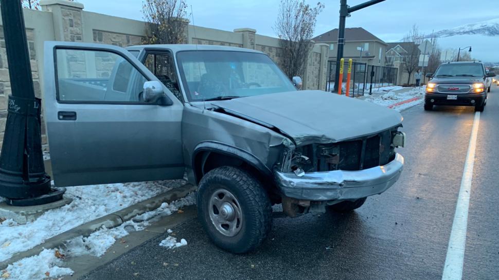 - carro birdbox adolescente 970x546 - Adolescente fez o desafio Bird Box e acabou batendo em um carro e atingindo um poste