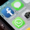Tela do iOS mostrando o ícone do WhatsApp ao lado de outros três (Facebook, Mensagens e Câmera)