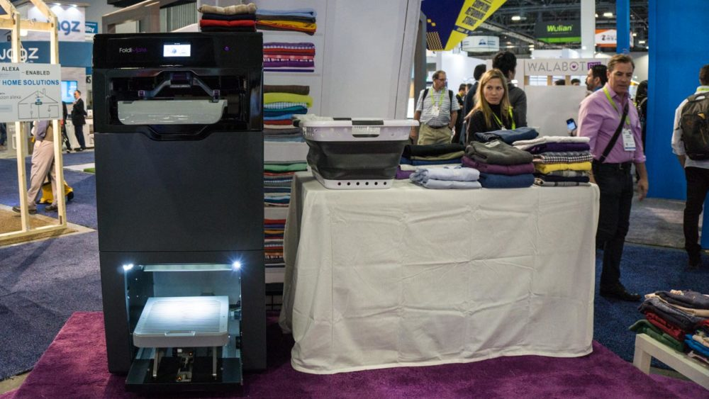 Eu vi a máquina que dobra roupas sozinha funcionando ao vivo