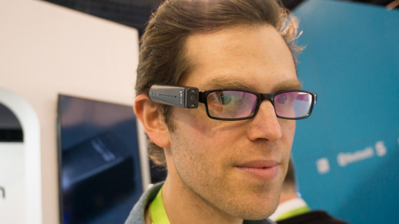 Uma câmera que pode ser colocada em qualquer óculos é uma baita solução para deficientes visuais