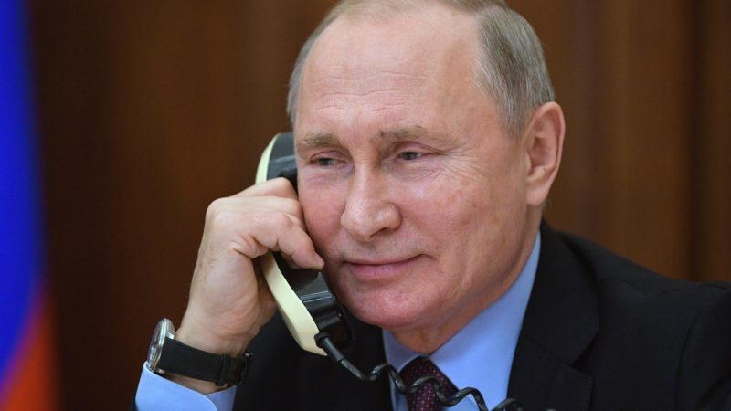 Vladimir Putin, presidente da Rússia, ao telefone
