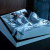 Casal dormindo na cama criada pela Ford