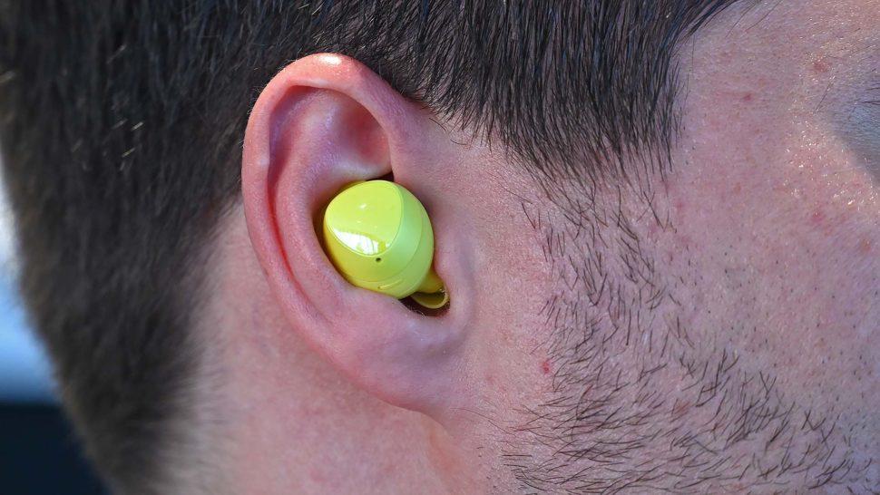 Galaxy Bud no ouvido de um usuário