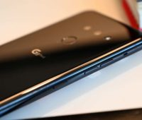 Detalhe das laterais e botões do LG G8