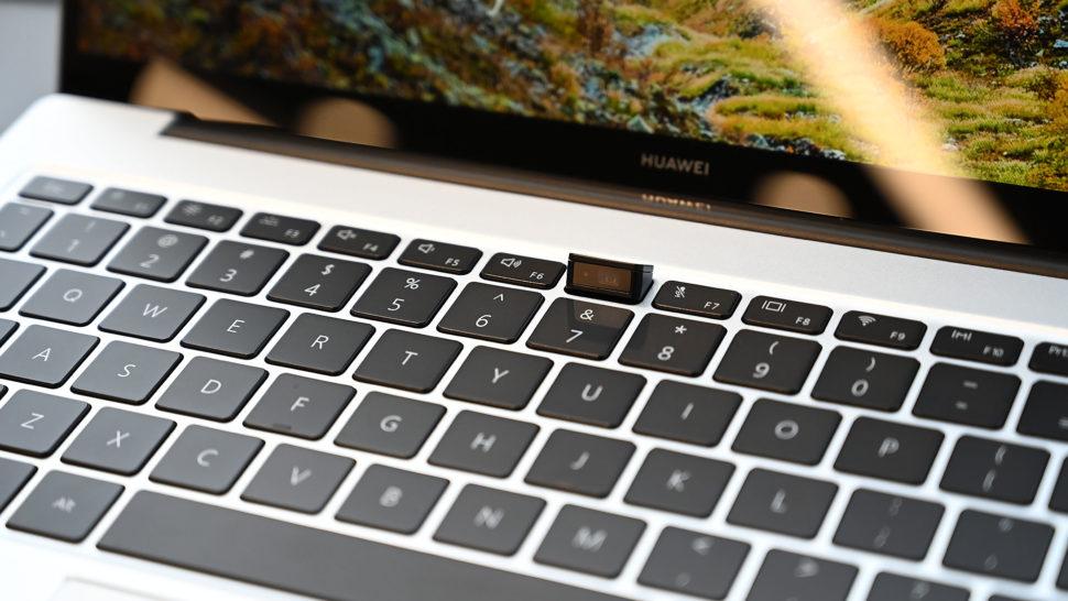 Teclado do notebook Huawei MateBook X Pro. Uma das teclas da fileira mais próxima ao monitor está saltada e tem uma webcam.