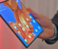 Homem segura o smartphone Huawei Mate X