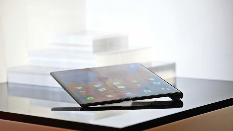 Detalhe da tela do Smartphone Huawei Mate X que tem uma leve dobra no meio