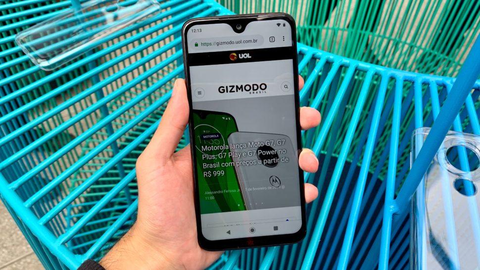 Imagem do Moto G7 Plus com o Gizmodo Brasil aberto