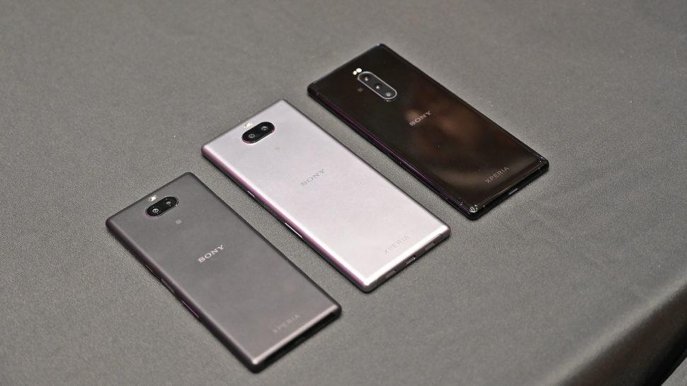Da esquerda para a direita: Xperia 10, Xperia 10 Plus e Xperia 1.