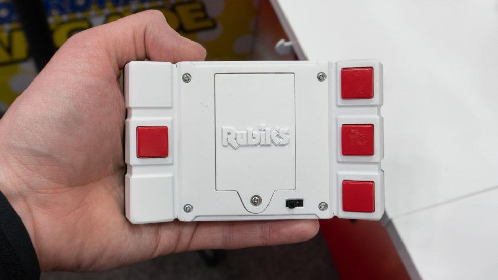 parte de trás do minigame. há três botões vermelhos na borda direita e um na borda esquerda.