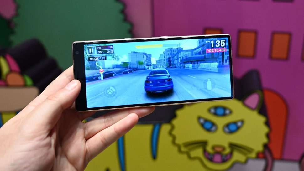 Smartphone Xperia 1 rodando game Asphalt