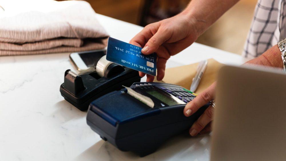 Como se proteger de golpes de cartão de crédito ou débito no Carnaval