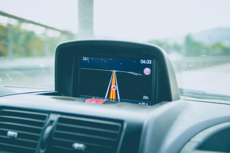 Navegador GPS no painel de carro.