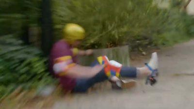 Foto borrada de um homem andando de patins caindo