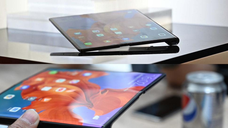 Dois Huawei Mate X lado a lado