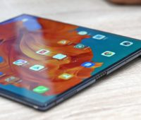 Smartphone Huawei Mate X de lado