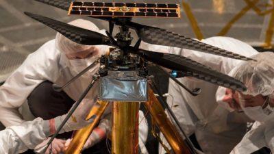 Engenheiros inspecionam helicóptero que irá para Marte