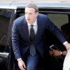 Mark Zuckerberg, CEO do Facebook, saindo de uma van no Palácio Elysee em Paris, 2018.