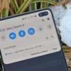 Detalhe das câmeras frontais e barra de notificação do Galaxy S10
