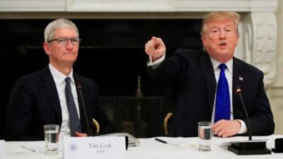 Imagem de Tim Cook, CEO da Apple, ao lado de Donald Trump, presidente dos EUA